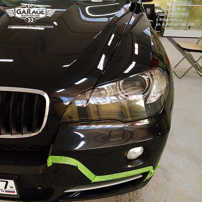 На фото крупным планом отполированная фара автомобиля BMW