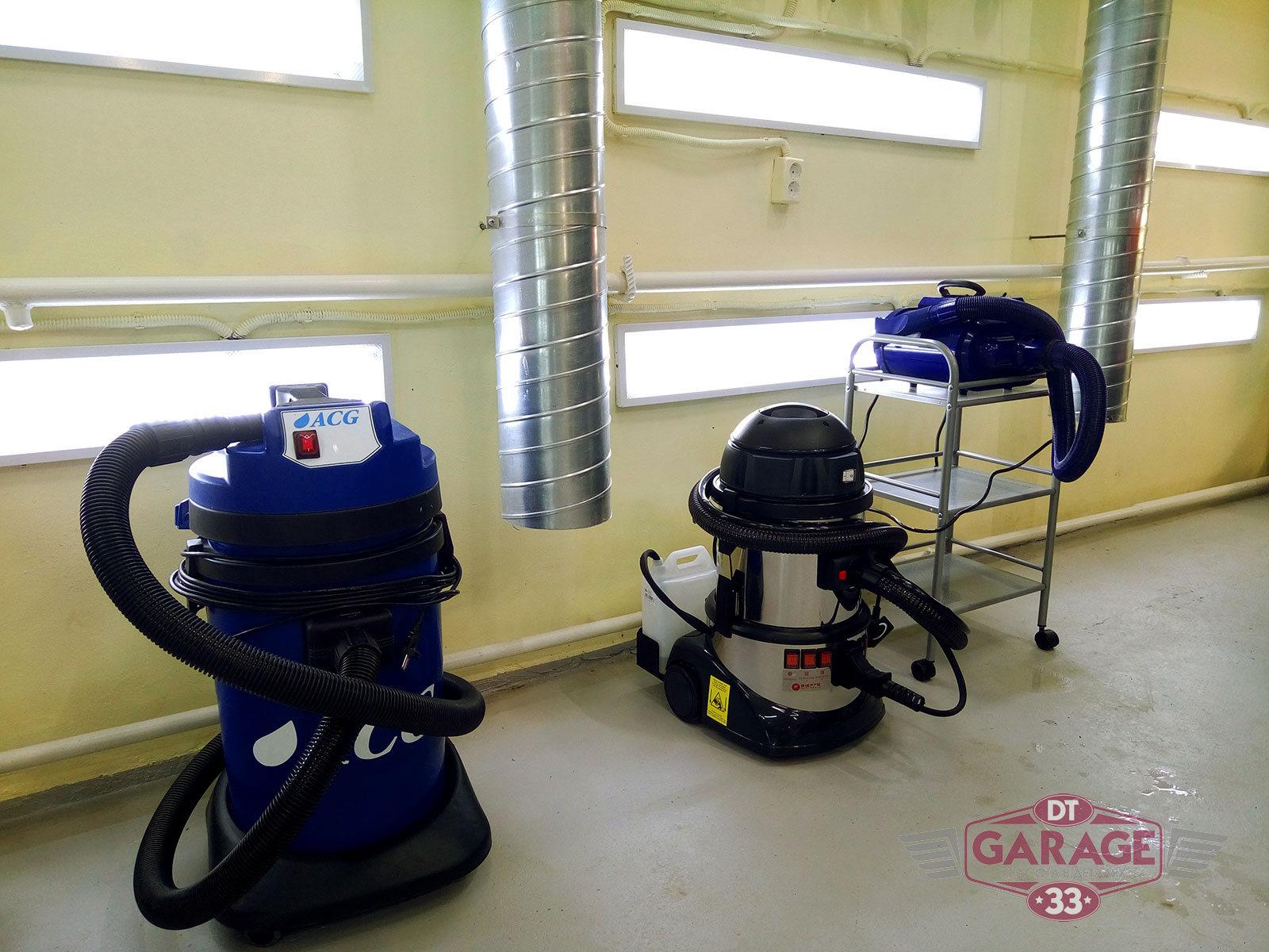 На фото профессиональное оборудование для мойки и химчистки.