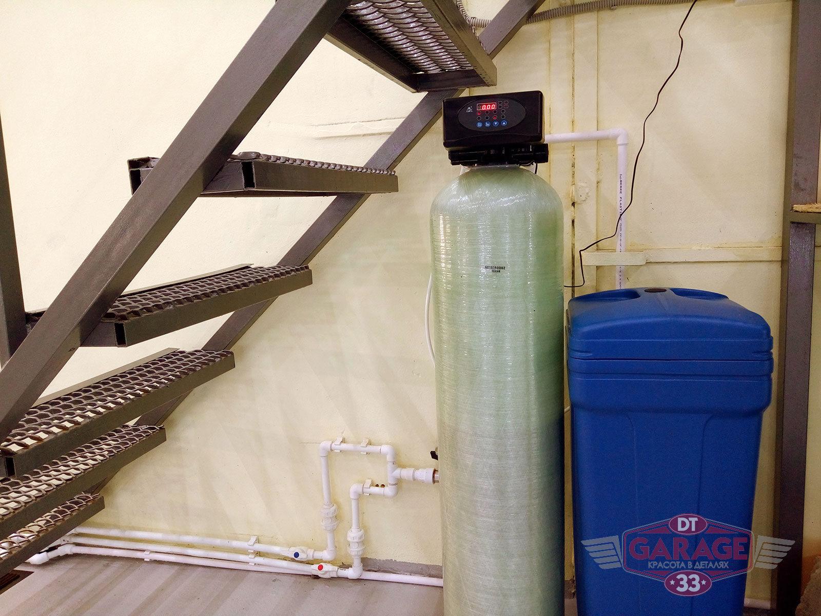 На фото система фильтрации воды детейлинга.