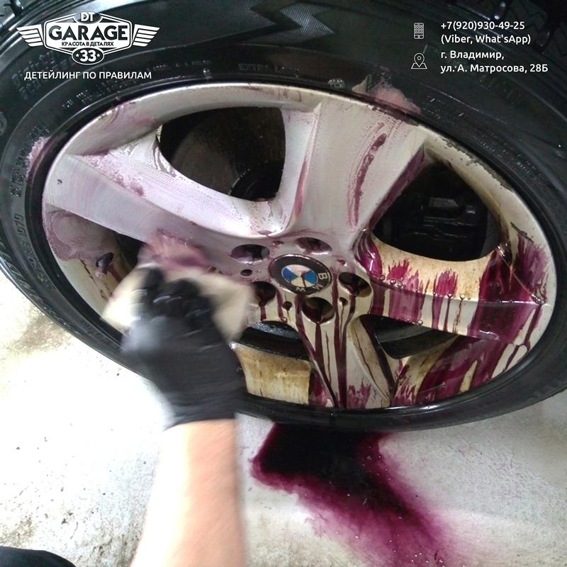 На фото мастер убирает моющий состав вместе с грязью.
