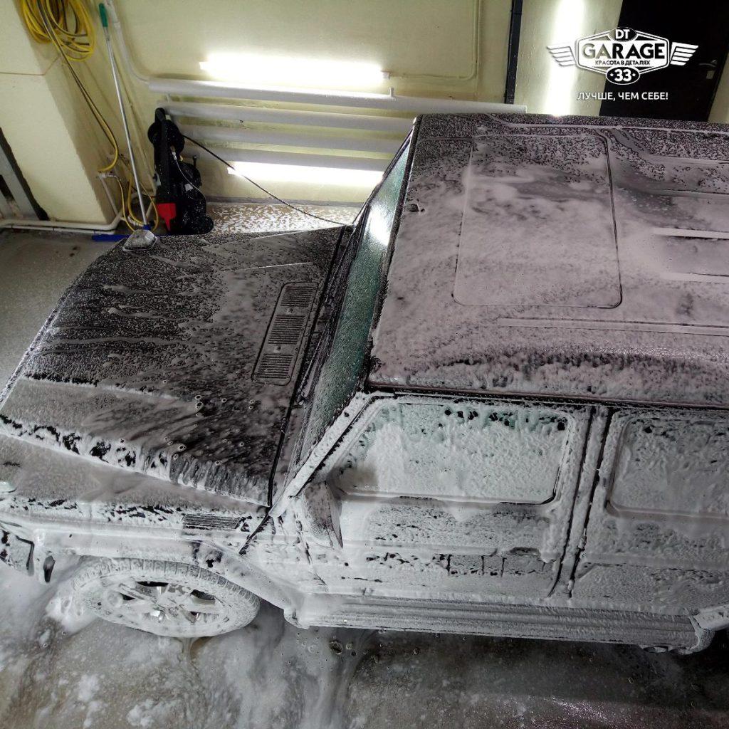 На фото автомобиль с нанесенным моющим составом.