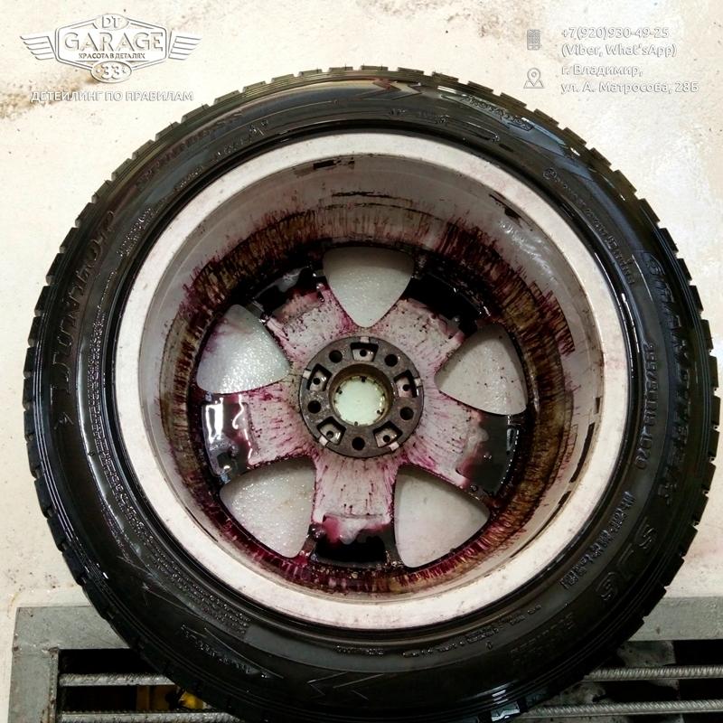 На фото колесо автомобиля, обработанное составом Koch Chemie Reactive Wheel Cleaner