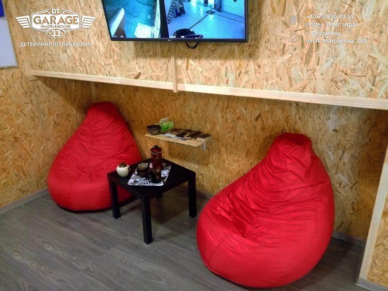 На фото кресла для клиентов и чайный столик.