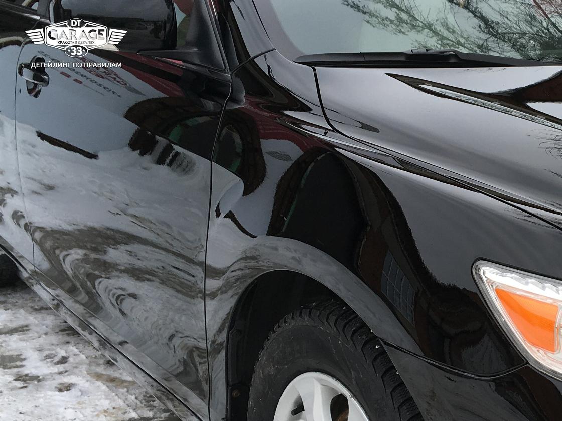 На фото крупным планом отполированное крыло Toyota Camry.