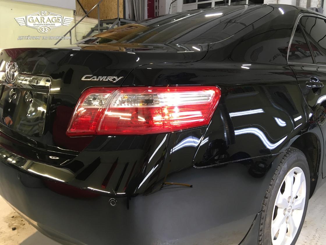 На фото задний фонарь и фрагмент бампера Toyota Camry.