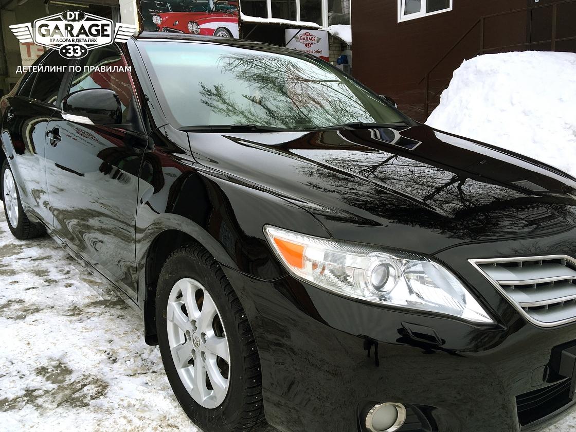На фото Toyota Camry после полировки. Осмотр с целью контроля качества.