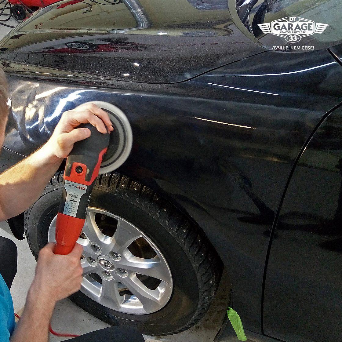 На фото мастер «DT GARAGE 33» из г. Владимир Владимирской области полирует переднее крыло автомобиля.