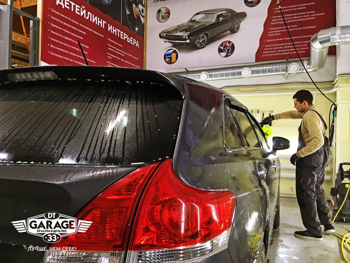 На фото мастер ателье «DT GARAGE 33» моет автомобиль Toyota Venza.