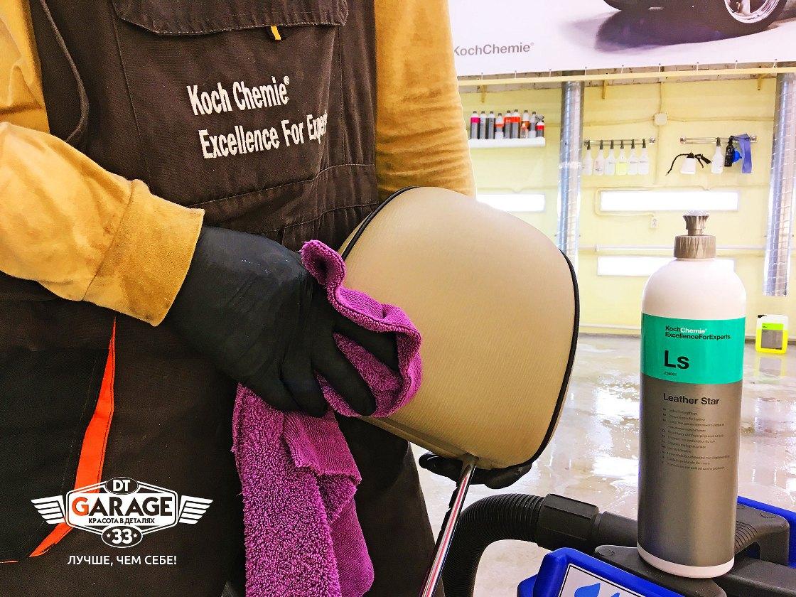 На фото мастер «DT GARAGE 33» наносит консервант на кожаный подголовник автокресла.
