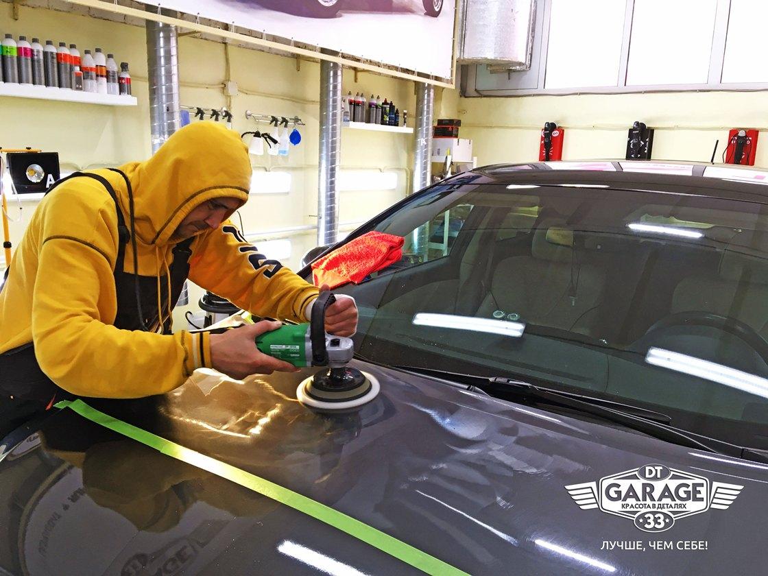 На фото мастер ателье «DT GARAGE 33» полирует автомобиль Toyota Venza.