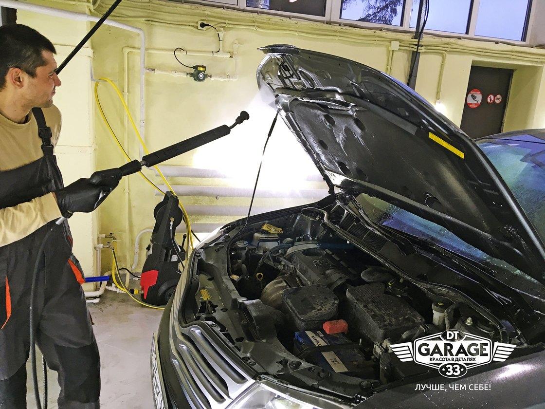 На фото мастер ателье «DT GARAGE 33» моет двигатель у Toyota Venza.