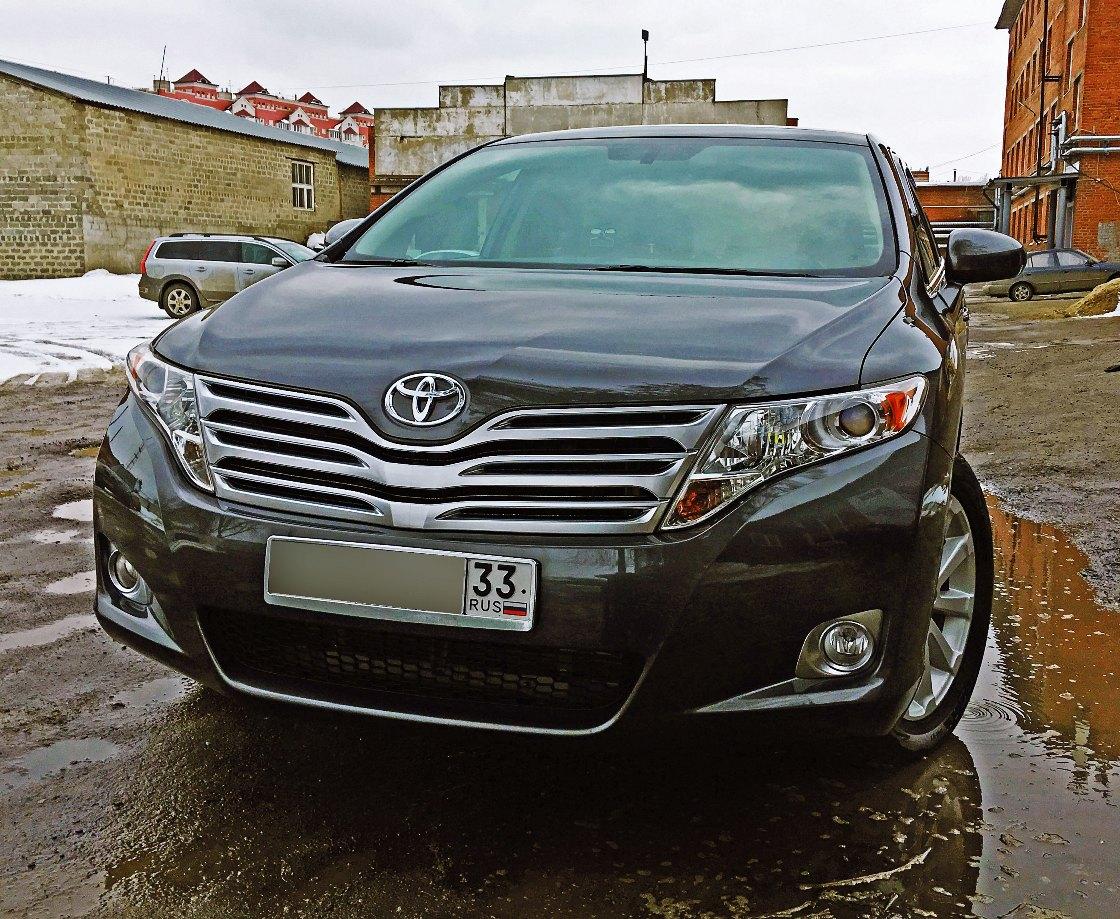На фото Toyota Venza на улице. Оценка качества работ.
