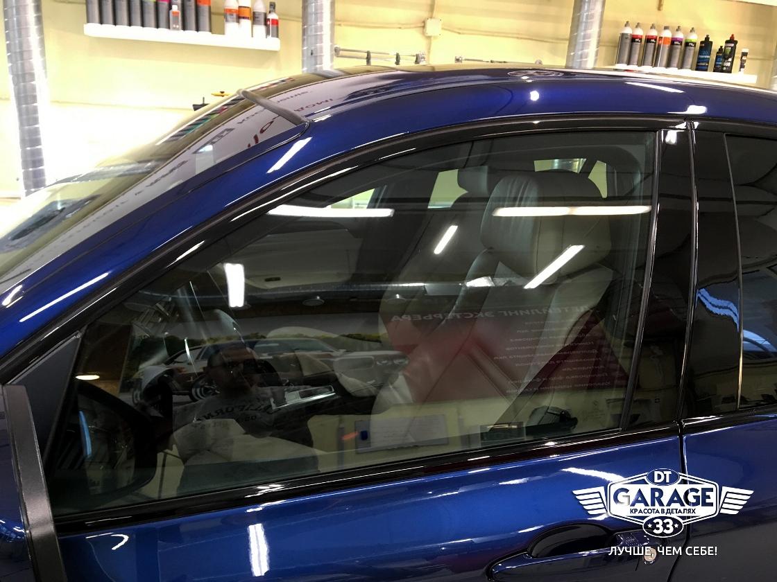 На фото боковое стекло водительской двери BMW.