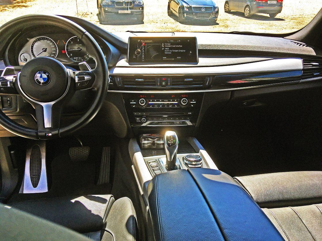 На фото салон автомобиля BMW X5 после химчистки с консервацией.