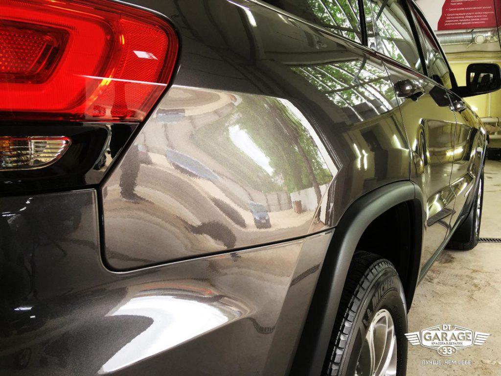 На фото отполированный задний фонарь и правый борт автомобиля. Выбран ракурс, который помогает оценить качество глянца лкп.