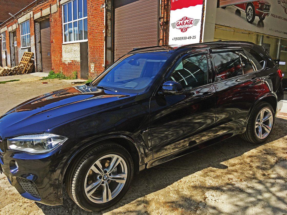 На фото демонстрируется BMW X5 при естественном освещении. Кузов машины обработан керамической защитой i-Shield.
