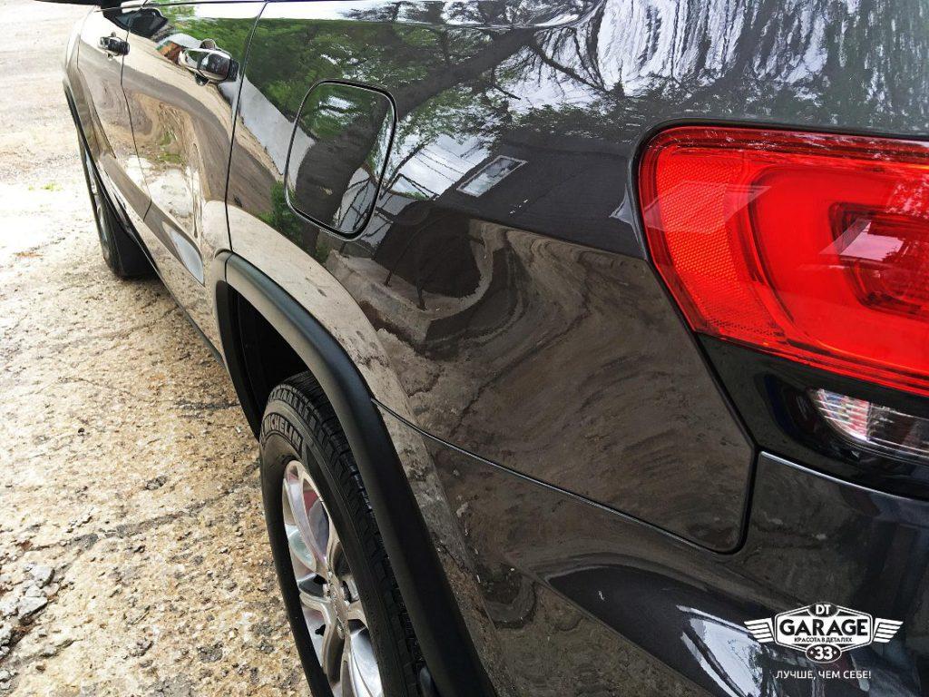 На фото левый борт автомобиля. Угол зрения помогает оценить гладкость поверхности.