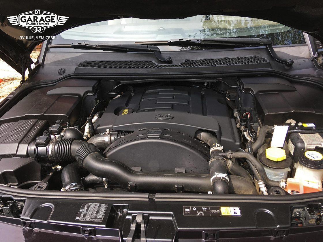 На фото двигатель и подкапотное пространство автомобиля после мойки.
