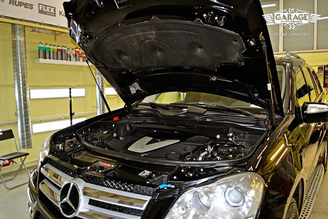 На фото мотор и подкапотное пространство автомобиля после мойки и химчистки.