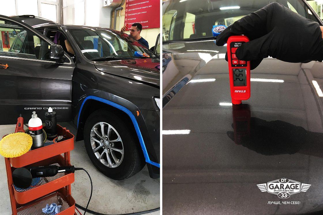 На фото мастер использует толщинометр, чтобы измерить толщину лкп у Джипа.