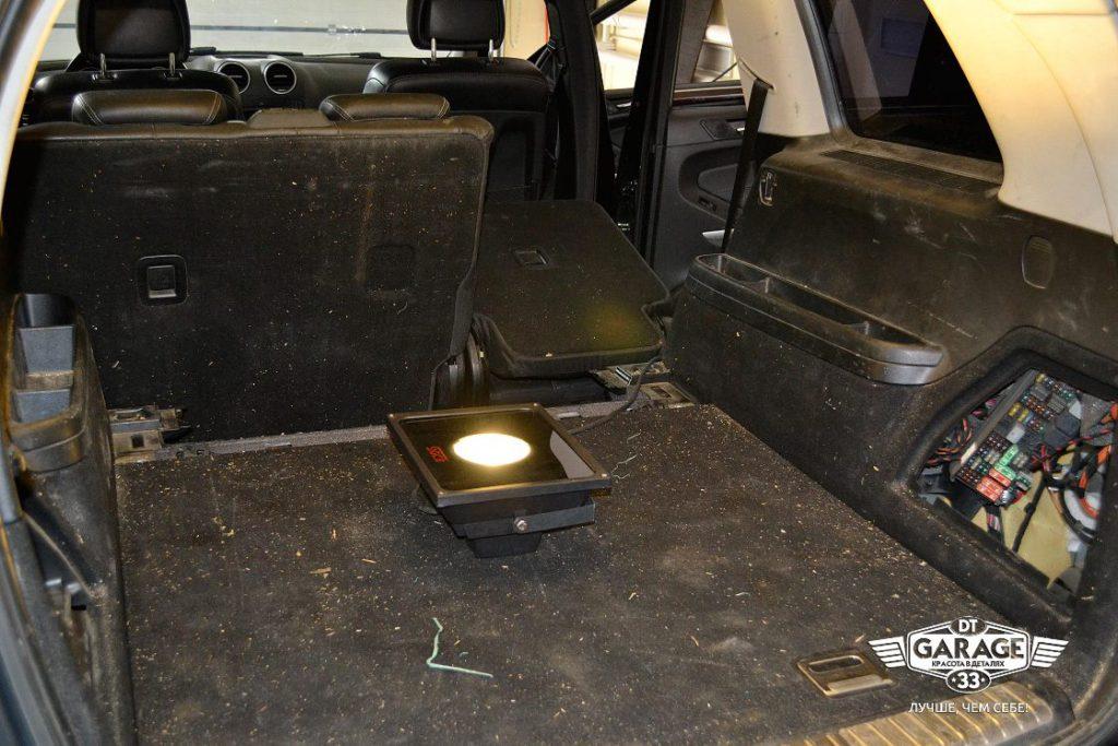 На фото грязь в багажнике Mercedes-Benz GL до химчистки.