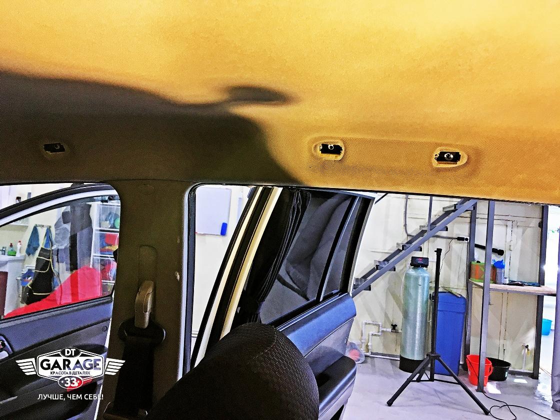 На фото загрязнения на потолке салона автомобиля.