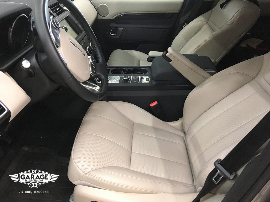 На фото бежевые кресла автомобиля Land Rover Discovery 5 после обработки консервантом.