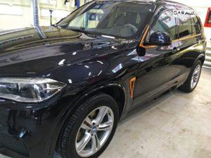 На фото автомобиль BMW X5 вид сбоку.