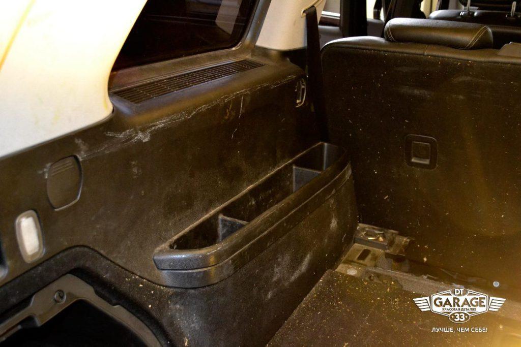 На фото стенка багажного отсека с царапинами.