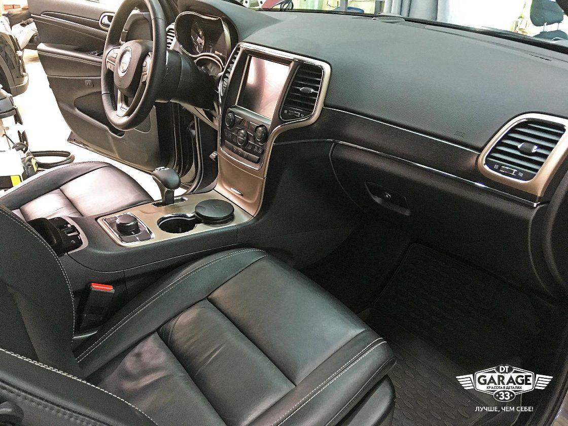 На фото переднее пассажирское кресло и консоль автомобиля Джип Гранд Чероки.