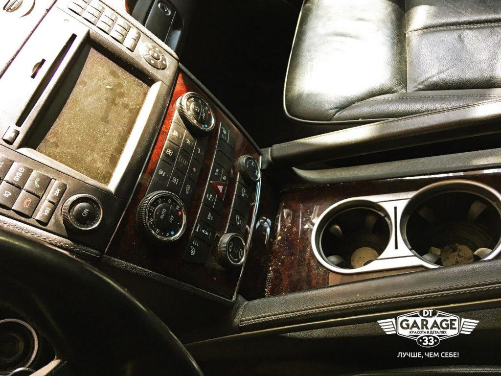 На фото грязная водительская консоль Mercedes-Benz GL до химчистки.