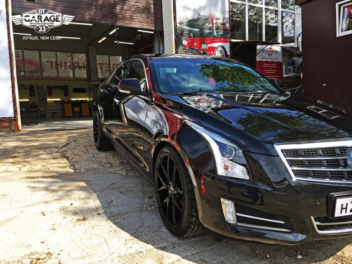 На фото Cadillac ATS – вид сбоку-слева. При естественном свете глянец сильнее заметен.