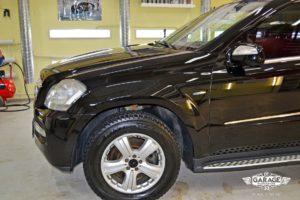 На фото переднее левое крыло и колеса после обработки керамической защитой.