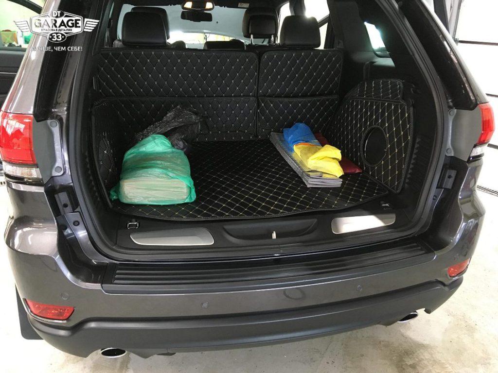 На фото багажника Джипа после химчистки.