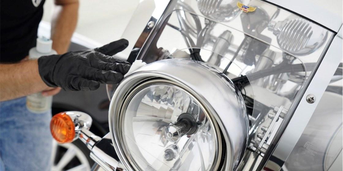 На фото фара мотоцикла после полировки.