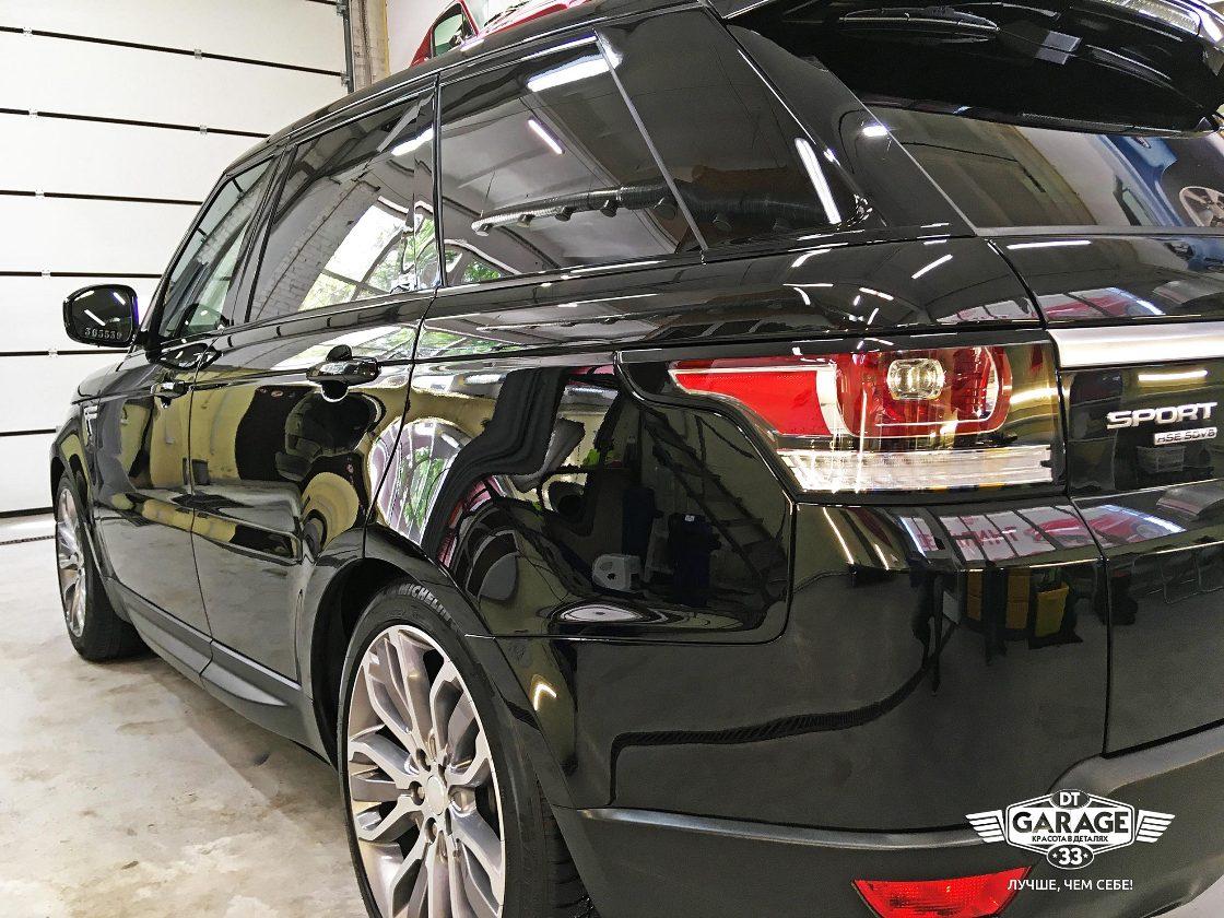 На фото отполированный автомобиль при искусственном профессиональном освещении.