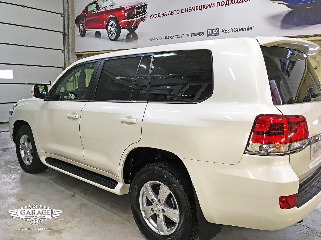 На фото Toyota Land Cruiser 200 – правая сторона. Хорошо видны чистые колеса.