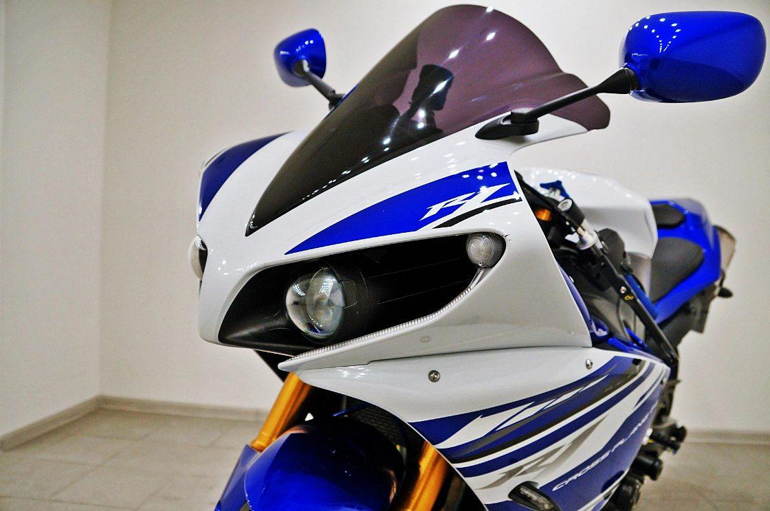 На фото мотоцикл со сколами на лкп.