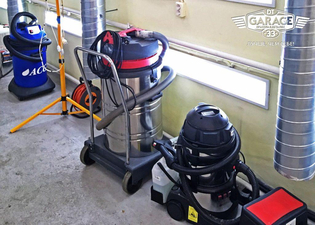 На фото пылесосы и парогенератор, которые используют мастера детейлинга.