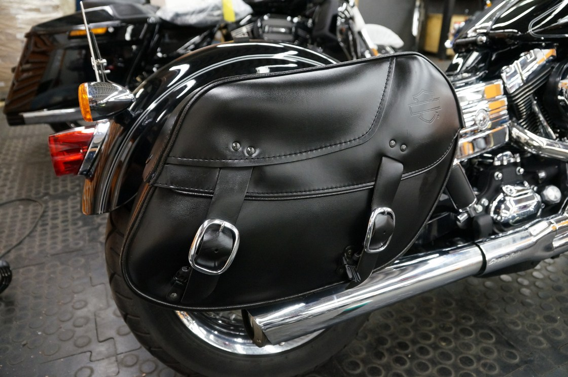 На фото кожаный кофр на мотоцикле после химчистки кожи.