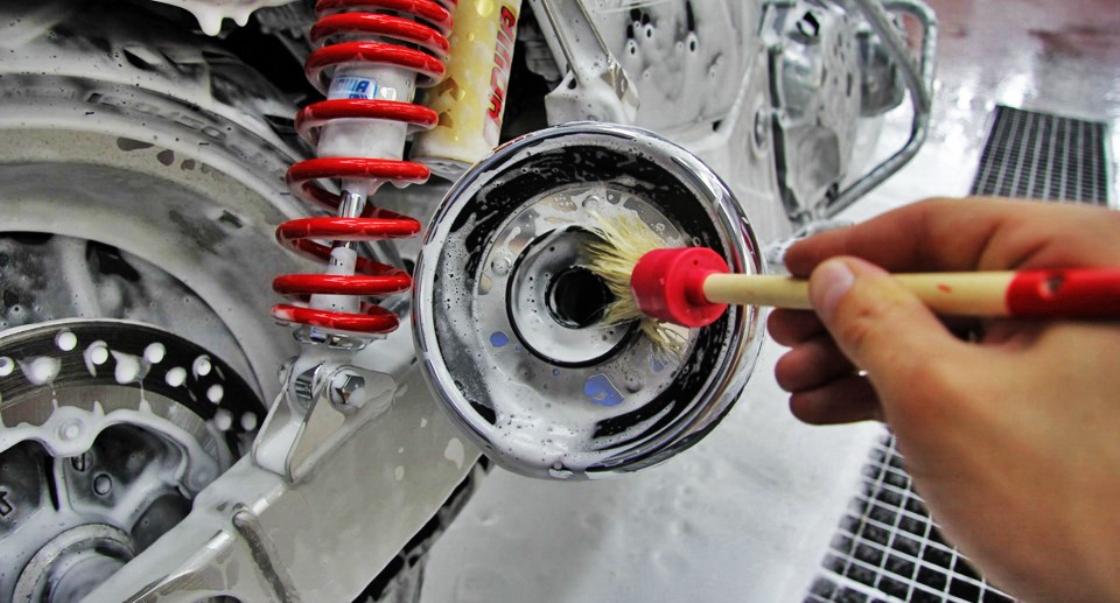 На фото процесс мойки двигателя мотоцикла.