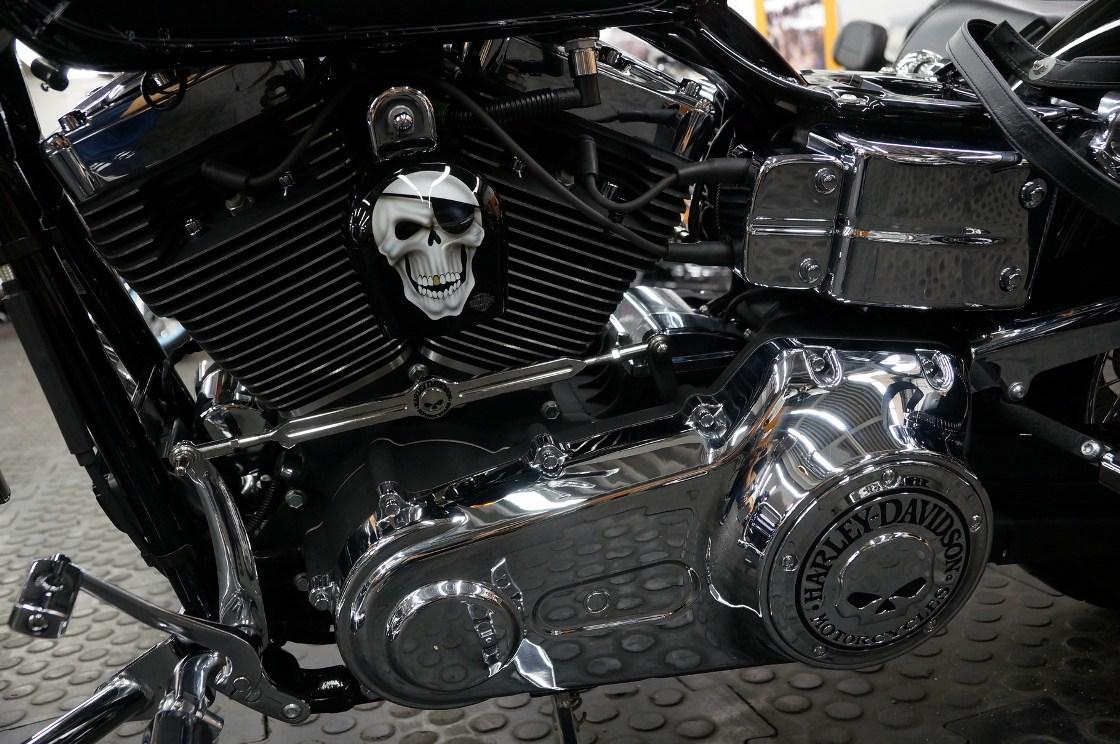 На фото хромированные части Harley-Davidson после полировки.