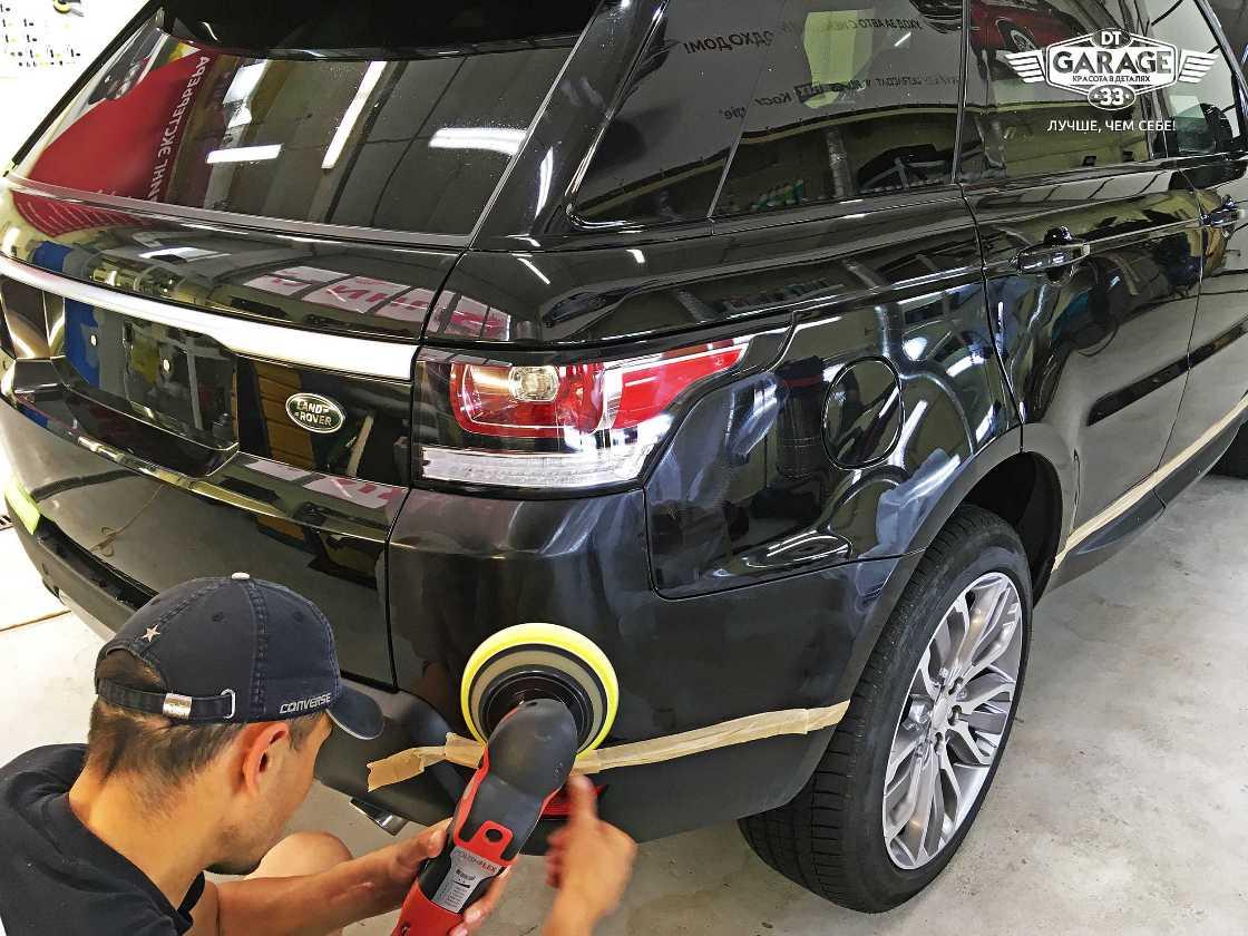 На фото мастер-технолог полирует автомобиль.