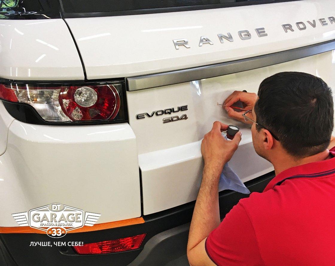 На фото мастер работает с автомобилем Range Rover.