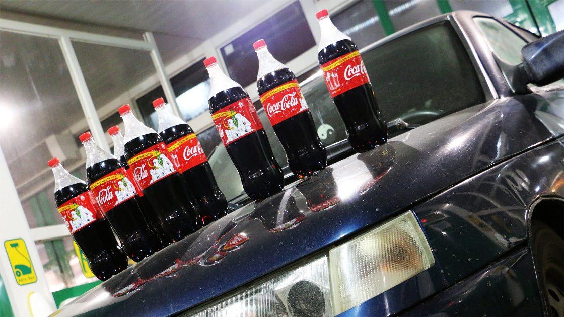 Кока-кола на капоте автомобиля.