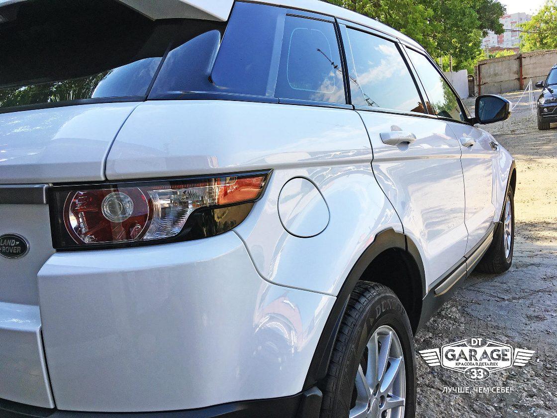На фото крупным планом правый борт автомобиля Range Rover Evoque. Фото сделано под таким углом, чтобы был виден идеальный глянец на лкп.