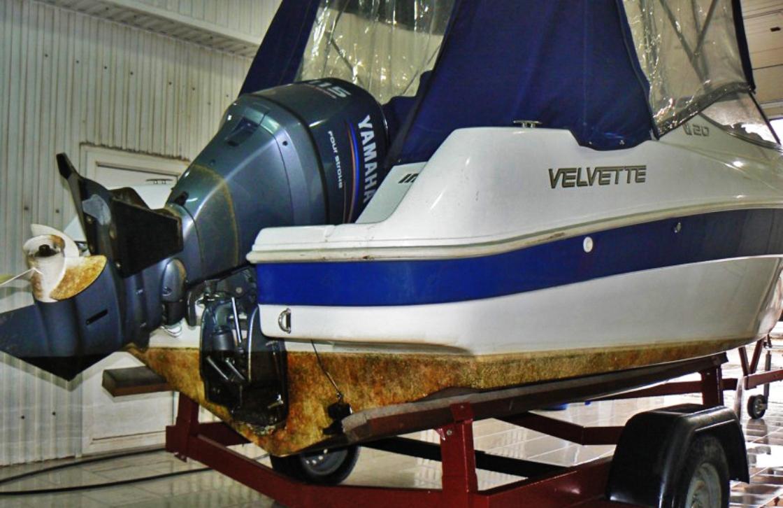 На фото катер до обслуживания. Днище покрыто грязным налетом.