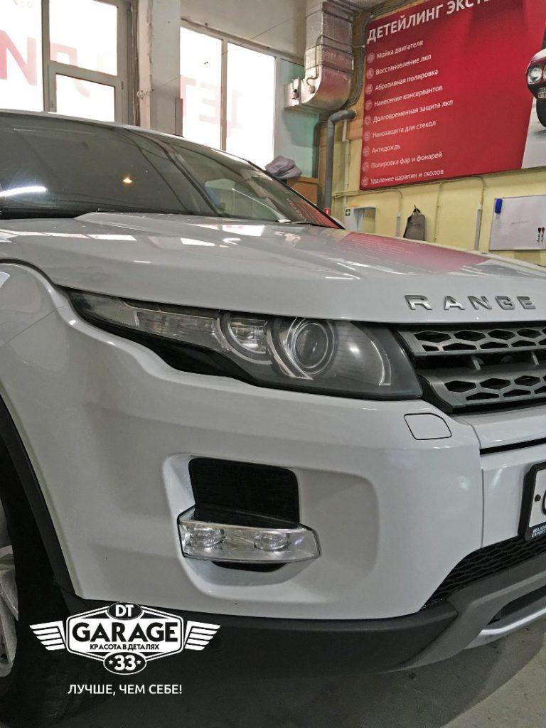 На фото Range Rover Evoque с мутными фарами – до полировки.