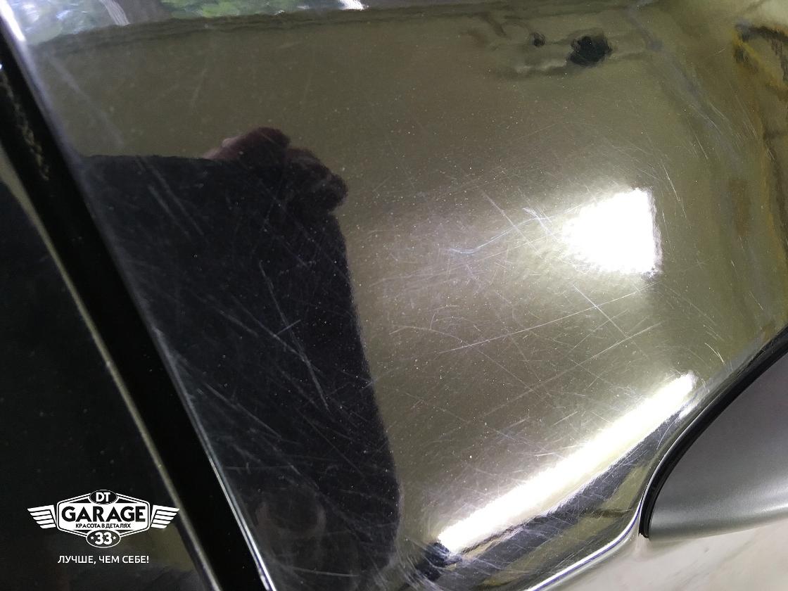 На фото крупным планом множественные царапины на лакокрасочном покрытии Hyundai Solaris.