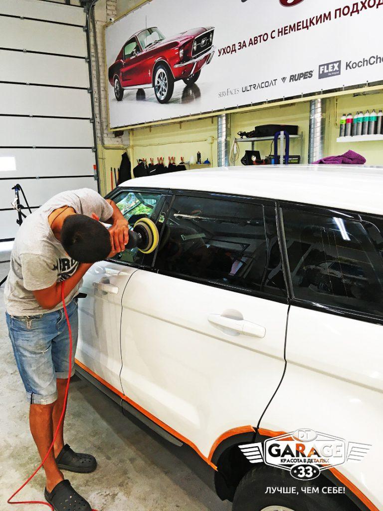 На фото мастер «DT GARAGE 33» полирует Range Rover Evoque